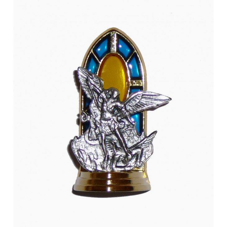 Statue en métal sur socle avec vitrail de saint Michel